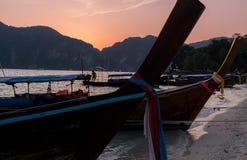 Longtail fartyg på solnedgången Arkivbilder