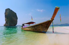 Longtail fartyg på stranden i Thailand Royaltyfria Bilder
