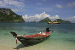 Longtail fartyg på stranden, Ko Mae Ko ö, Ang Arkivfoto