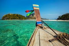 Longtail fartyg på den tropiska stranden, Thailand Fotografering för Bildbyråer