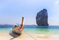 Longtail fartyg som förtöjer på den tropiska stranden på den Poda ökrabien Thailand Royaltyfria Bilder