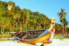Longtail fartyg som ligger på stranden för Ao Ton Sai på Phi Phi Don Island, K royaltyfri fotografi