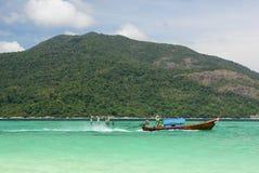 Longtail fartyg som navigerar mellan Ko Lipe och Ko Adang Satun landskap thailand Royaltyfria Bilder