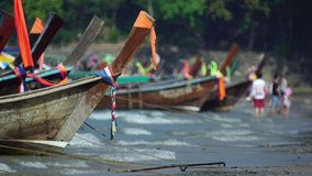 Longtail fartyg som väntar på passagerare på stranden Ao Nang, Krabi, Thailand stock video