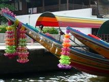 Longtail fartygs girland av blommor för bra lycka royaltyfria foton
