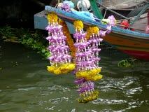 Longtail fartygs girland av blommor för bra lycka arkivfoton