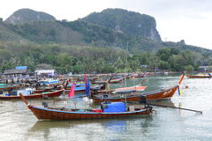 Longtail łodzie przy głównym schronieniem Koh mook Tajlandia Fotografia Royalty Free