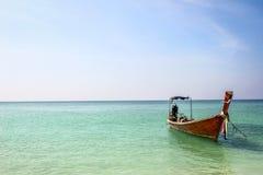 Longtailboat在镇静蓝色海 免版税库存照片