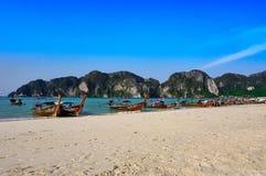 Longtailboat на красивом пляже Patong ландшафта небо солнечное на лете, известные привлекательности в острове Пхукета Таиланда стоковое фото rf