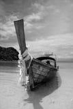 Longtailboat bij het strand Stock Foto's