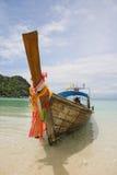 Longtailboat bij het strand Royalty-vrije Stock Afbeeldingen