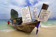 Longtailboat che vende gli spuntini alla spiaggia Fotografia Stock
