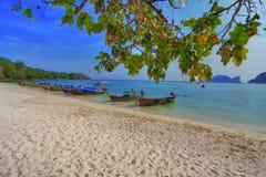 Longtailboats bij het strand Royalty-vrije Stock Afbeeldingen