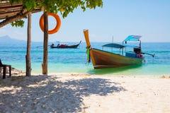 Longtailboot bij Strand op Sunny Day wordt vastgelegd dat royalty-vrije stock fotografie