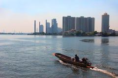 Longtailboot in de rivier Thailand Stock Foto's