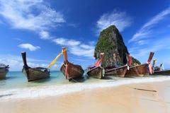 Longtailboten bij het tropische strand van Poda-eiland Stock Foto's