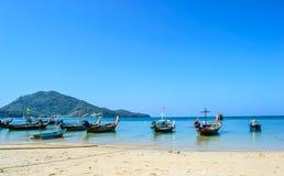 Longtailboten op het strand Naiyang Phuket Thailand Royalty-vrije Stock Foto's