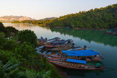Longtails a Khao Sok immagini stock