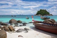 Longtails sulla spiaggia di alba, isola Lipe, Tailandia. fotografia stock libera da diritti