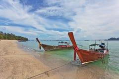 Longtale-Boot nahe dem Strand stockbild