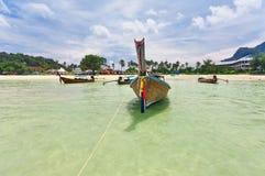 Longtale-Boot nahe dem Strand stockbilder