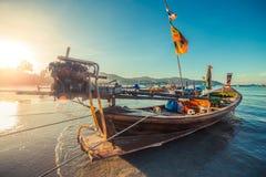 Longtale-Boot am thailändischen Strand Paradice-Sand-Strandplatz Boote auf dem klaren Wasser und blauen dem Sonnenaufganghimmel Lizenzfreie Stockbilder