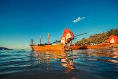 Longtale-Boot am thailändischen Strand Paradice-Sand-Strandplatz Boote auf dem klaren Wasser und blauen dem Sonnenaufganghimmel Stockfotografie