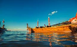 Longtale fartyg på den thailändska stranden Ställe för Paradice sandstrand Fartyg på det klara vattnet och blåttsoluppgånghimlen Royaltyfria Foton
