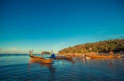 Longtale fartyg på den thailändska stranden Ställe för Paradice sandstrand Fartyg på det klara vattnet och blåttsoluppgånghimlen Royaltyfri Bild