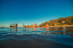 Longtaleboot bij het Thaise strand Het strandplaats van het Paradicezand Boten op het duidelijke water en de blauwe zonsopganghem Royalty-vrije Stock Foto