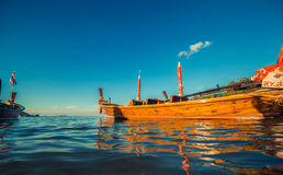 Longtaleboot bij het Thaise strand Het strandplaats van het Paradicezand Boten op het duidelijke water en de blauwe zonsopganghem Royalty-vrije Stock Foto's