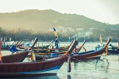 Longtaleboot bij het Thaise strand Het strandplaats van het Paradicezand Boten op het duidelijke water en de blauwe zonsopganghem Stock Foto's