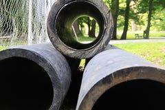 Longtemps tuyau profondément noir de construction lourde avec un trou Photographie stock libre de droits