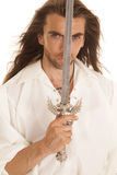 Longue épée de cheveux d'homme devant le visage photographie stock