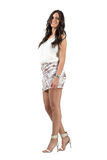 Longue beauté sensuelle élégante de cheveux onduleux dans la robe courte souriant à l'appareil-photo Photos stock