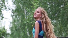 Longue belle jeune fille de cheveux blancs sur le mouvement banque de vidéos