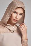 Longue brune de beau mannequin parfait sexy de femme Images libres de droits