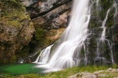 Longue cascade à écriture ligne par ligne d'exposition en montagnes autrichiennes Photo stock