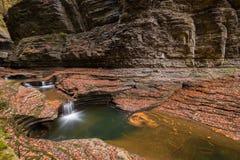 Longue cascade d'exposition et piscine naturelle Images libres de droits