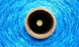 Longue chaîne de caractères synthétique bleue sur le traitement différé de papier Photos libres de droits