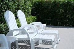 Longue chaise dans la piscine Photographie stock libre de droits