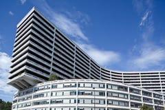Longue construction moderne noire et blanche à Paris Images libres de droits