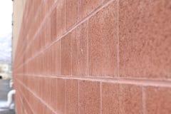 Longue construction rouge de mur de briques photographie stock