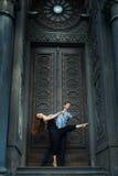 Longue danse de cheveux de fille avec un type, danse passionnée photos libres de droits