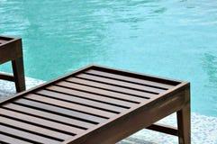 Longue de madera de la piscina Foto de archivo