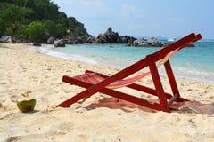 Longue del Chaise sulla spiaggia immagine stock libera da diritti