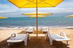 Longue del Chaise sulla spiaggia Fotografia Stock Libera da Diritti