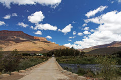 Longue et isolée route Photo libre de droits
