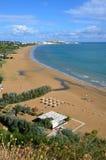 Longue et large plage dans la ville de Vieste Images libres de droits