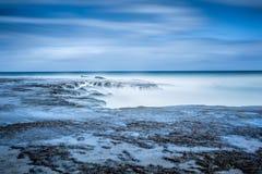Longue exposition à la plage d'Anglesea, juste outre de la grande route i d'océan photographie stock libre de droits